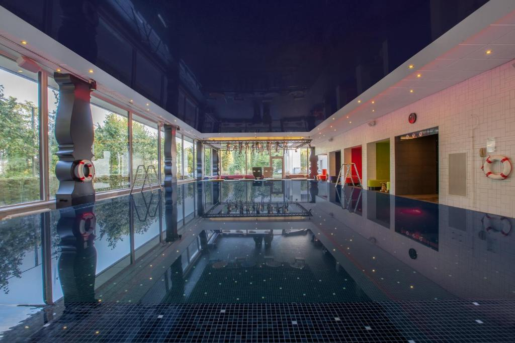 The swimming pool at or close to Crowne Plaza Antwerpen, an IHG Hotel