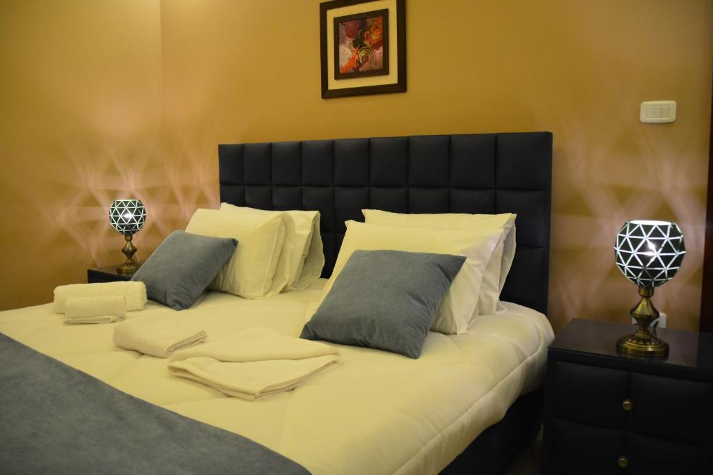 سرير أو أسرّة في غرفة في سما عمان للشقق الفندقية Sama Amman
