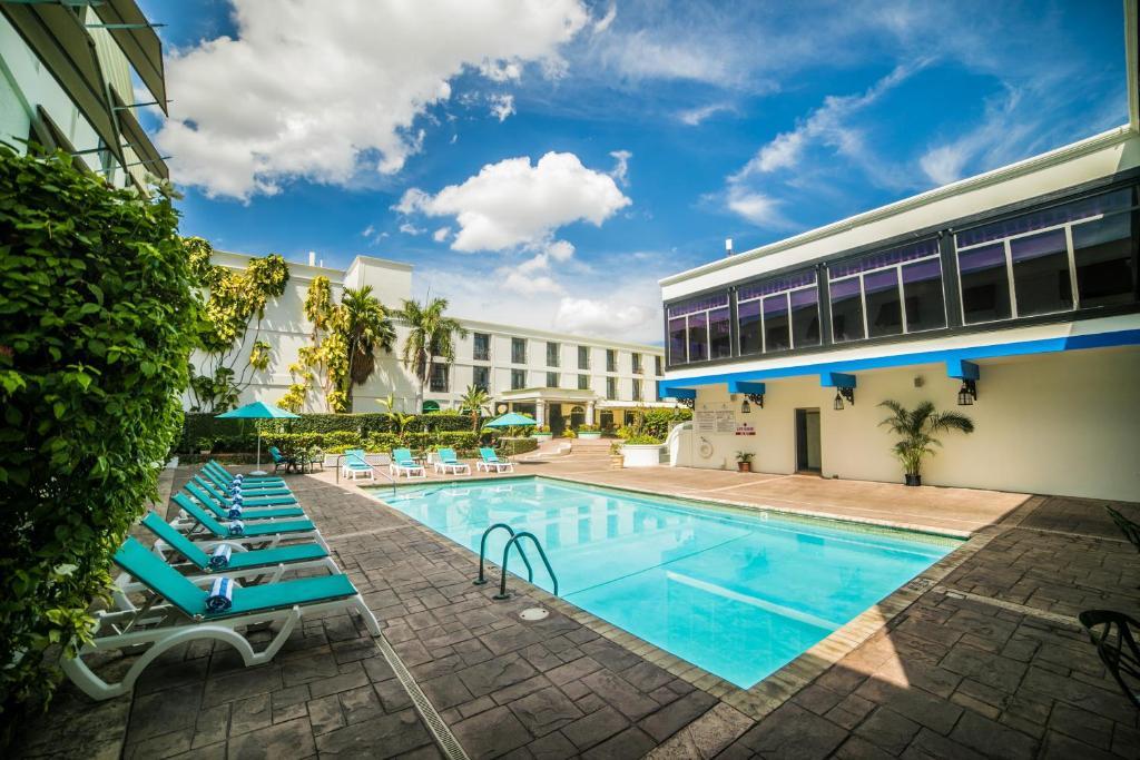 Der Swimmingpool an oder in der Nähe von The Knutsford Court Hotel