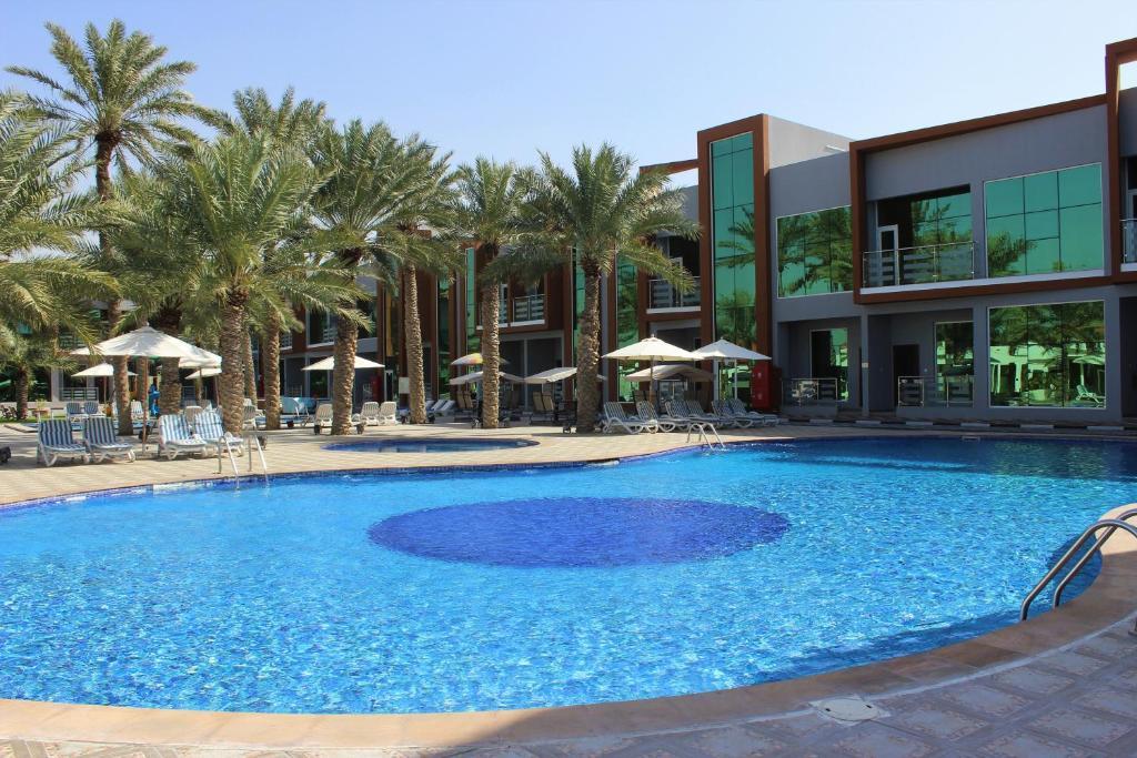 Der Swimmingpool an oder in der Nähe von Royal Residence Hotel Apartments