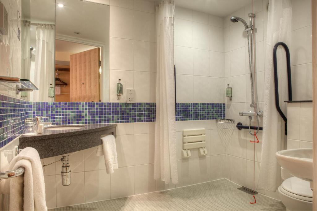 A bathroom at Holiday Inn Express - Glasgow - City Ctr Theatreland, an IHG Hotel