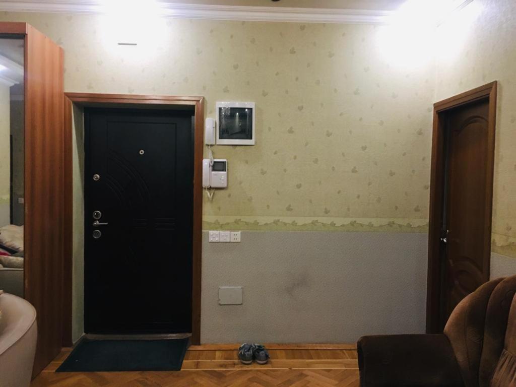 Uma TV ou centro de entretenimento em Shangrila Ceylon Hostal