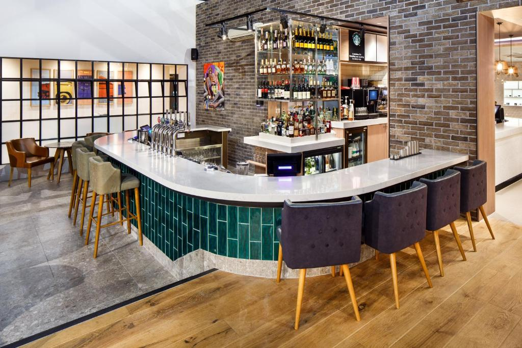 The lounge or bar area at Holiday Inn Brentwood, an IHG Hotel