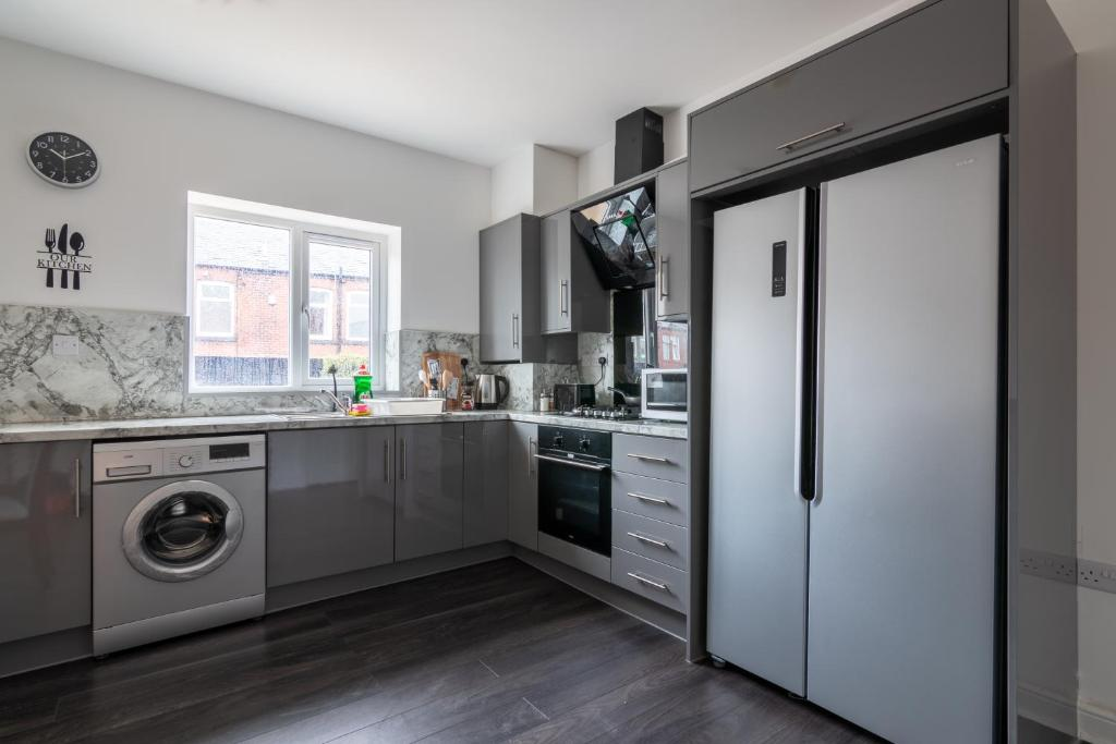 A kitchen or kitchenette at Fantastic brand new Rooms
