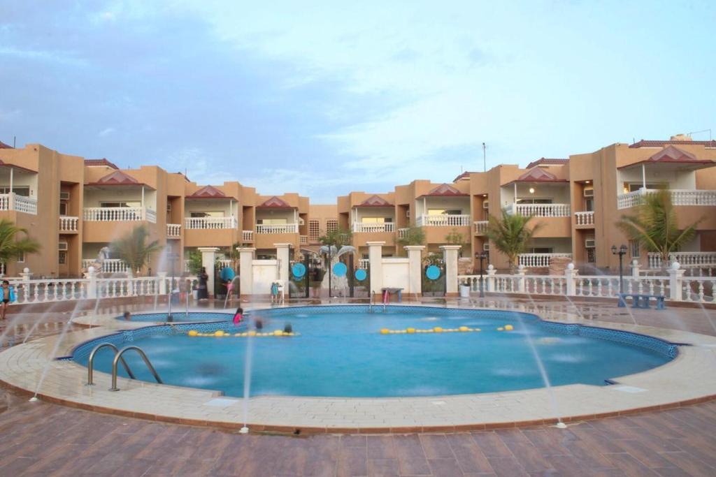 A piscina localizada em Dolphin Beach Resort ou nos arredores
