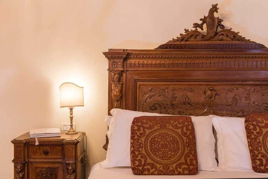 A bed or beds in a room at Hotel Palazzo Priuli