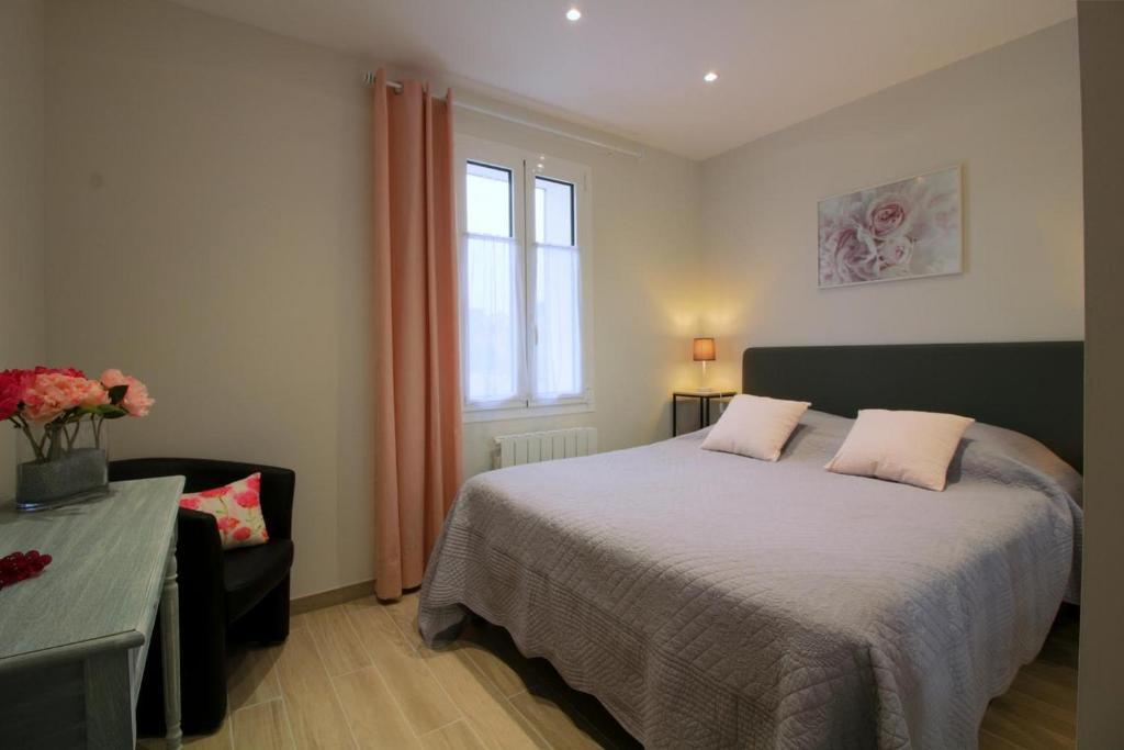 A bed or beds in a room at Les Raisins du Bonheur