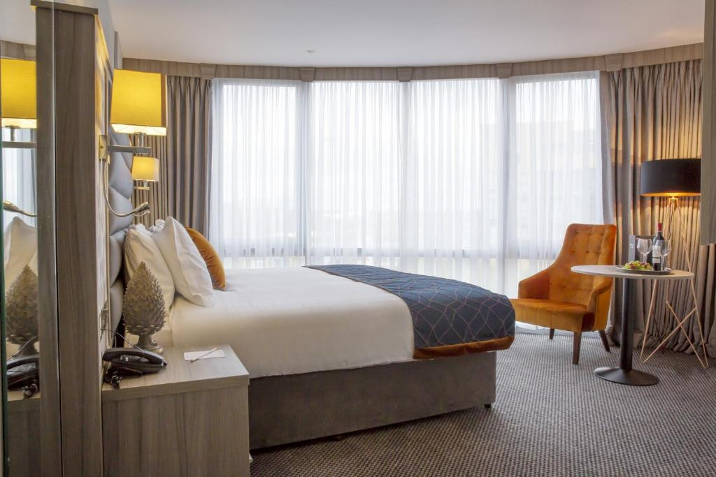 A bed or beds in a room at Metro Hotel Dublin Airport