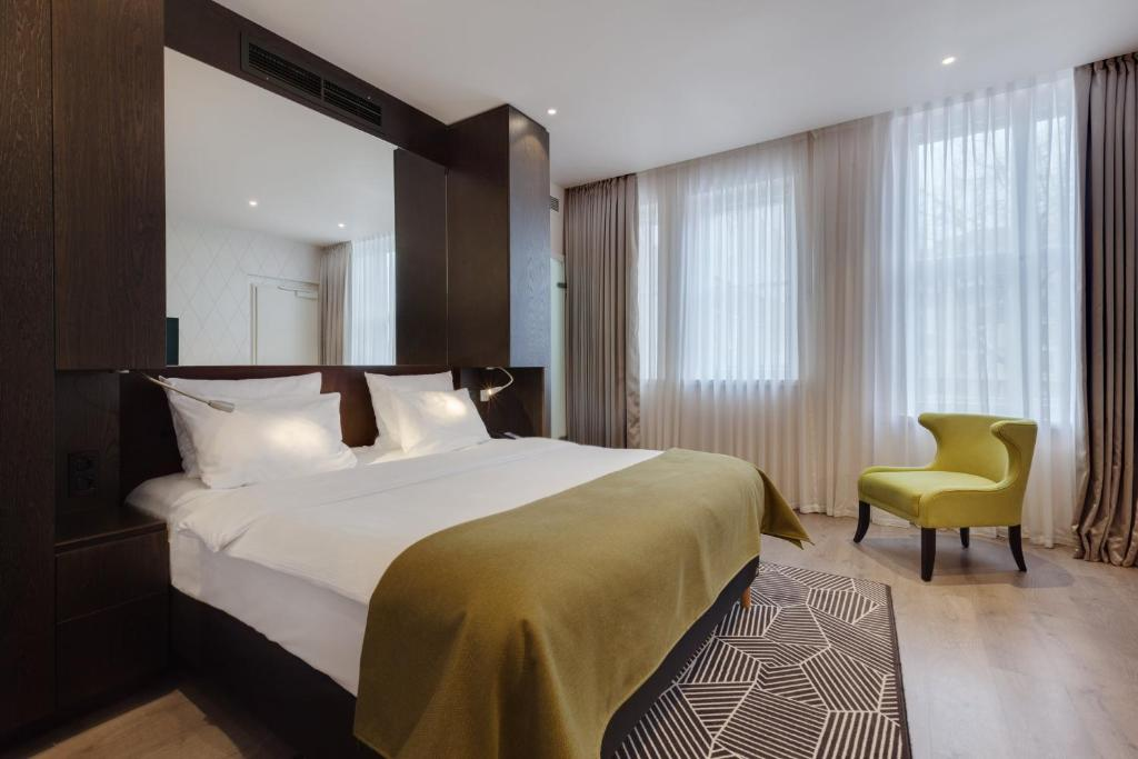A bed or beds in a room at Holiday Inn Dresden - Am Zwinger, an IHG Hotel