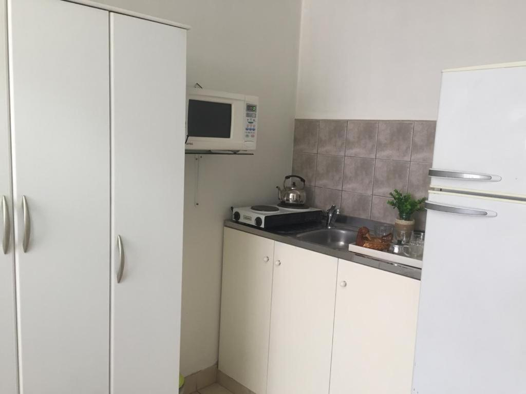 A kitchen or kitchenette at Acogedor monoambiente , en el centro de mendoza .