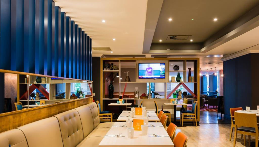 A restaurant or other place to eat at Holiday Inn Leeds Garforth, an IHG Hotel
