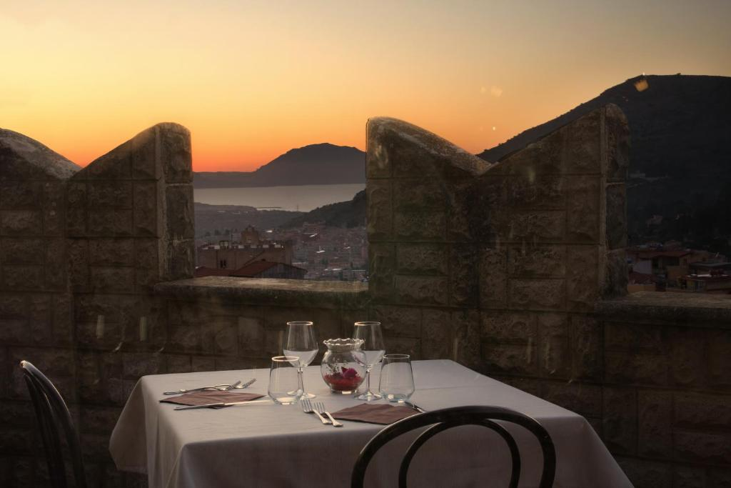 A restaurant or other place to eat at Hotel Castello di Giuliano