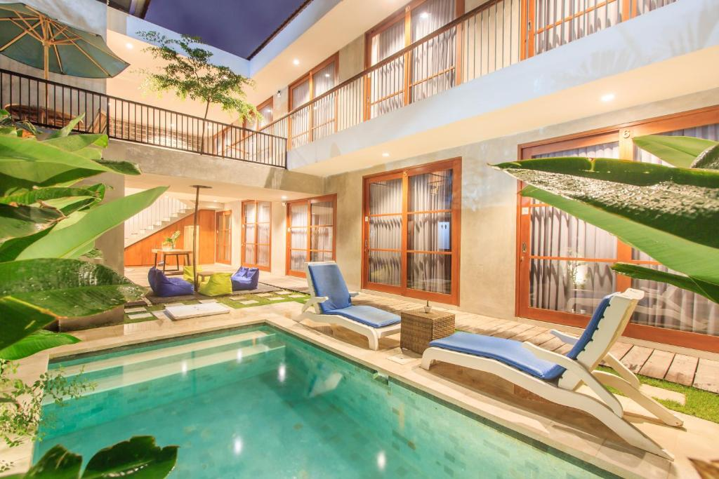 The swimming pool at or close to The jero 18 kuta guest house