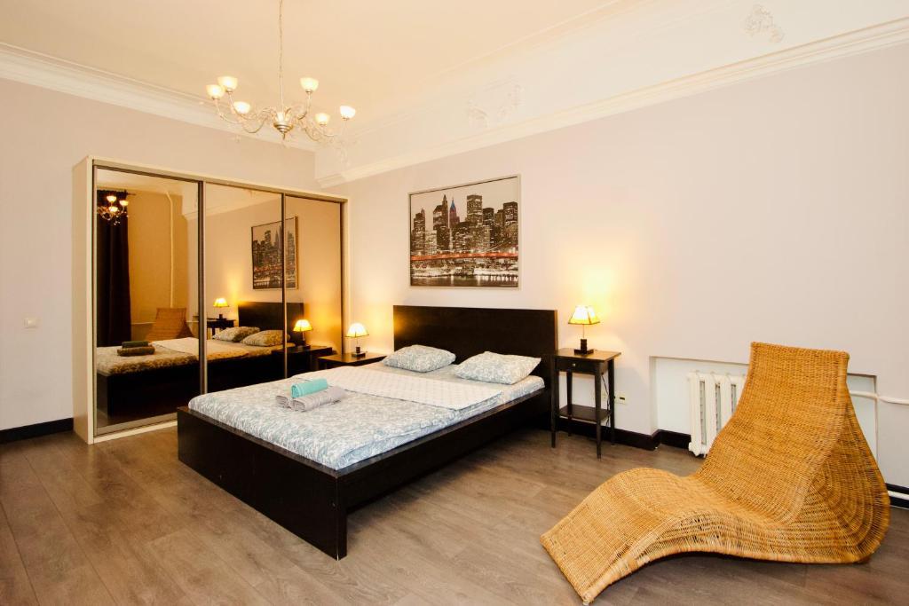Кровать или кровати в номере KvartiraSvobodna - Apartments at Taganka