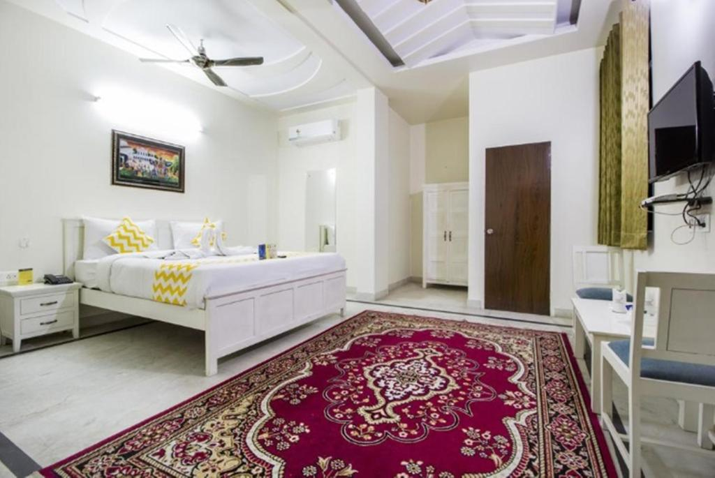 A bed or beds in a room at Hotel Dior -Near Jal Mahal