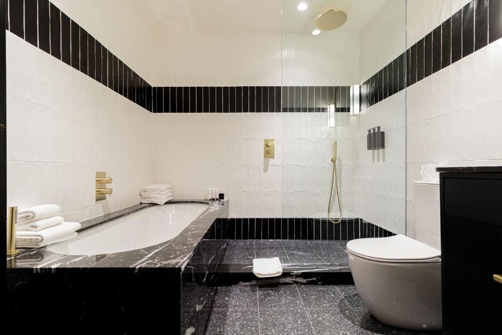 Salle de bains dans l'établissement The Clarence