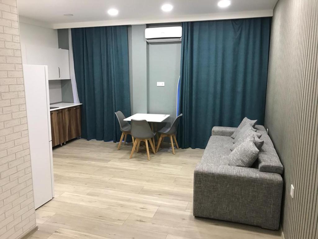 Uma área de estar em Superior Apartment on Nizami Street