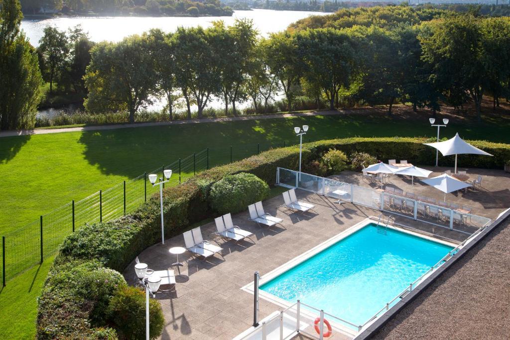Vue sur la piscine de l'établissement Novotel Paris Créteil Le Lac ou sur une piscine à proximité