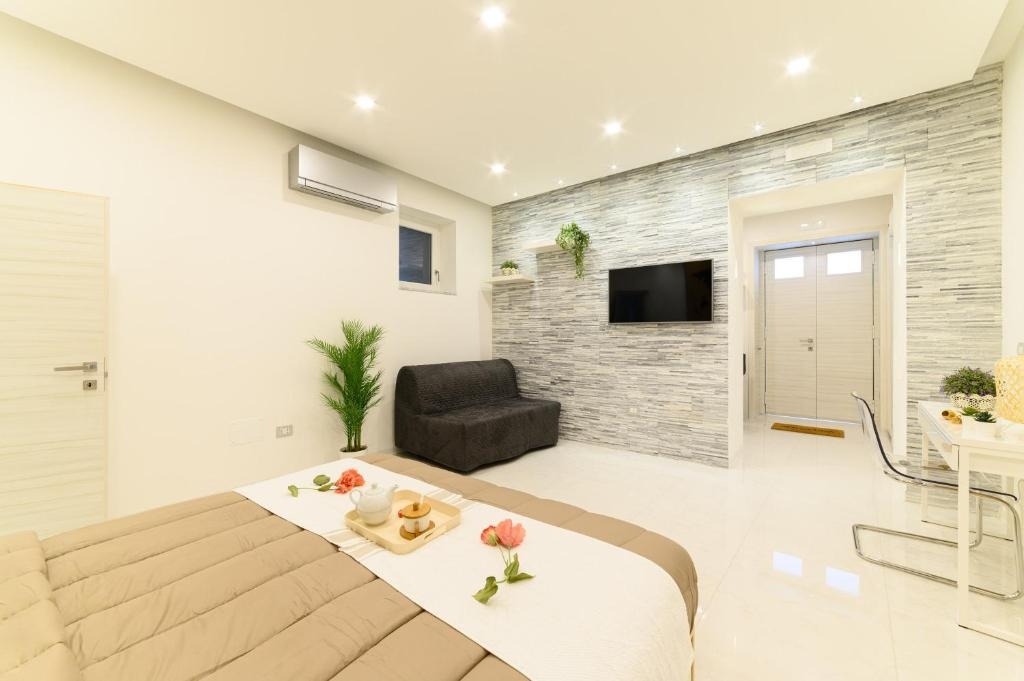 A television and/or entertainment centre at Luxury Apartment Salerno Center