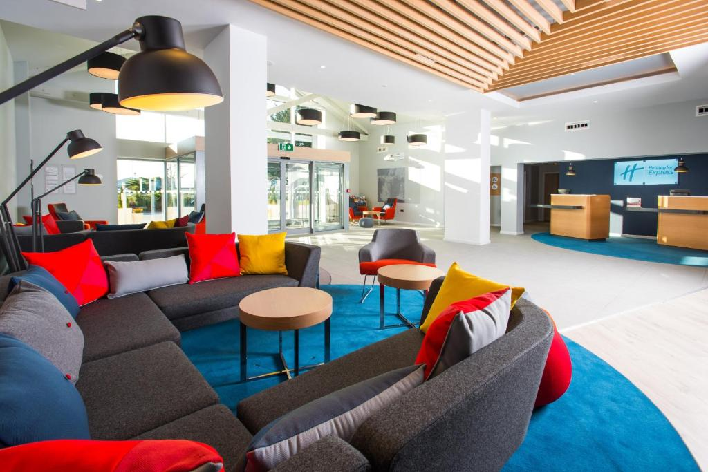 The lounge or bar area at Holiday Inn Express Portsmouth – North, an IHG Hotel