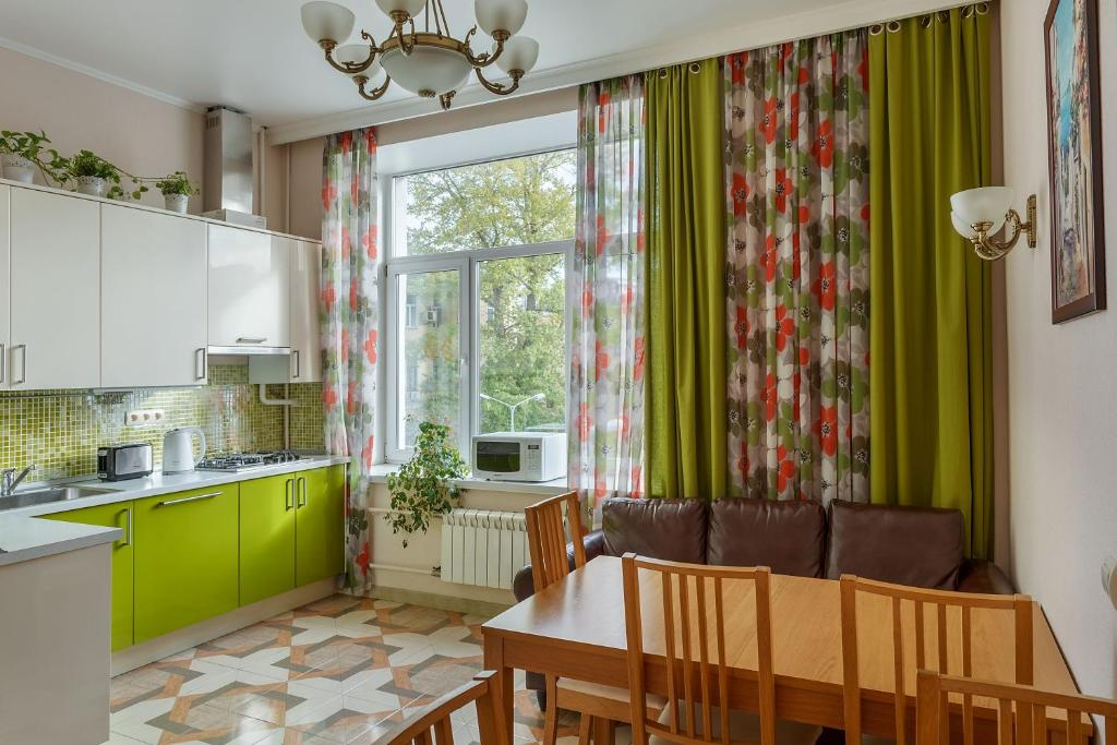 A kitchen or kitchenette at City-hotel