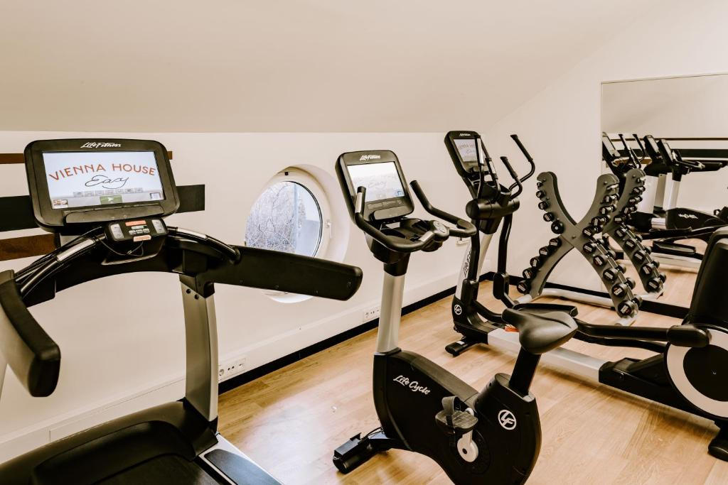 The fitness center and/or fitness facilities at Vienna House Easy München