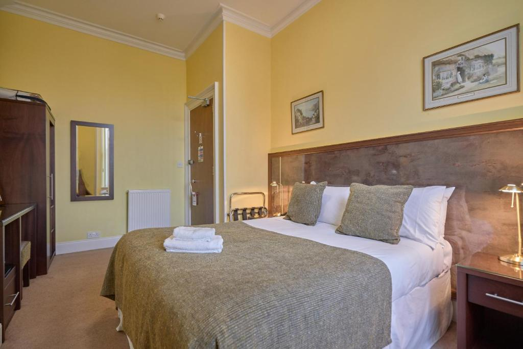 A bed or beds in a room at Strathness House