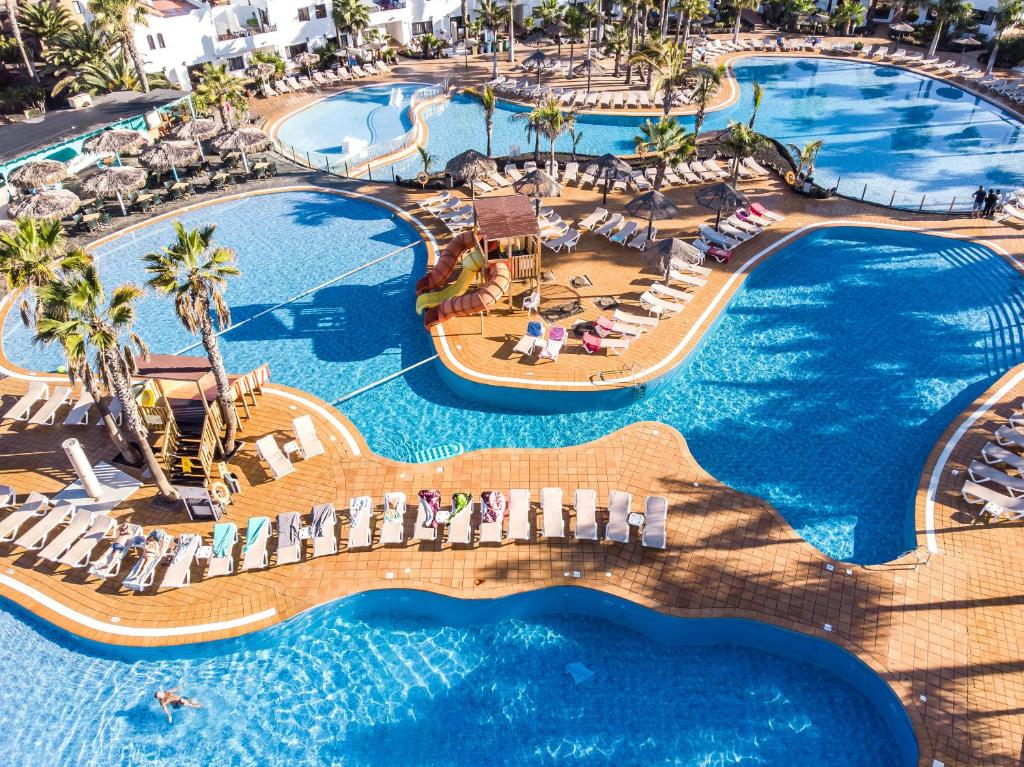 Uitzicht op het zwembad bij Oasis Duna of in de buurt