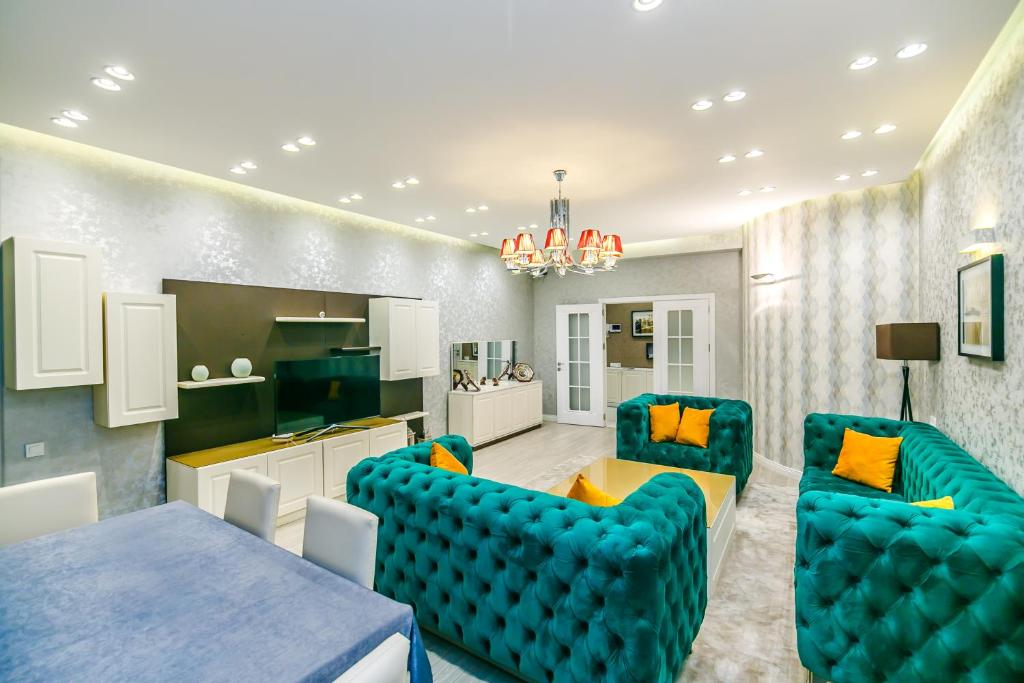Uma área de estar em Art Nouveau Apartment in the city center by Time Group