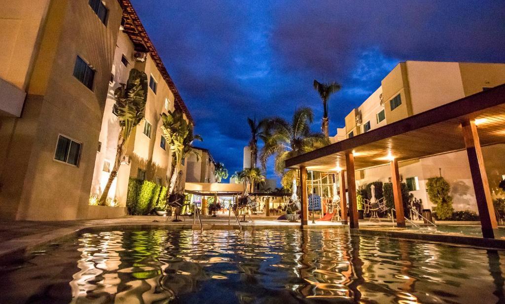 A piscina localizada em Hotel Morada do Sol ou nos arredores