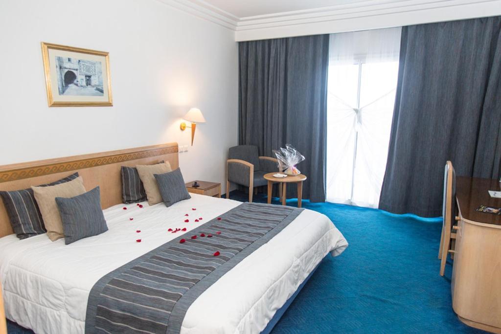 سرير أو أسرّة في غرفة في Bizerta Resort Congres & SPA