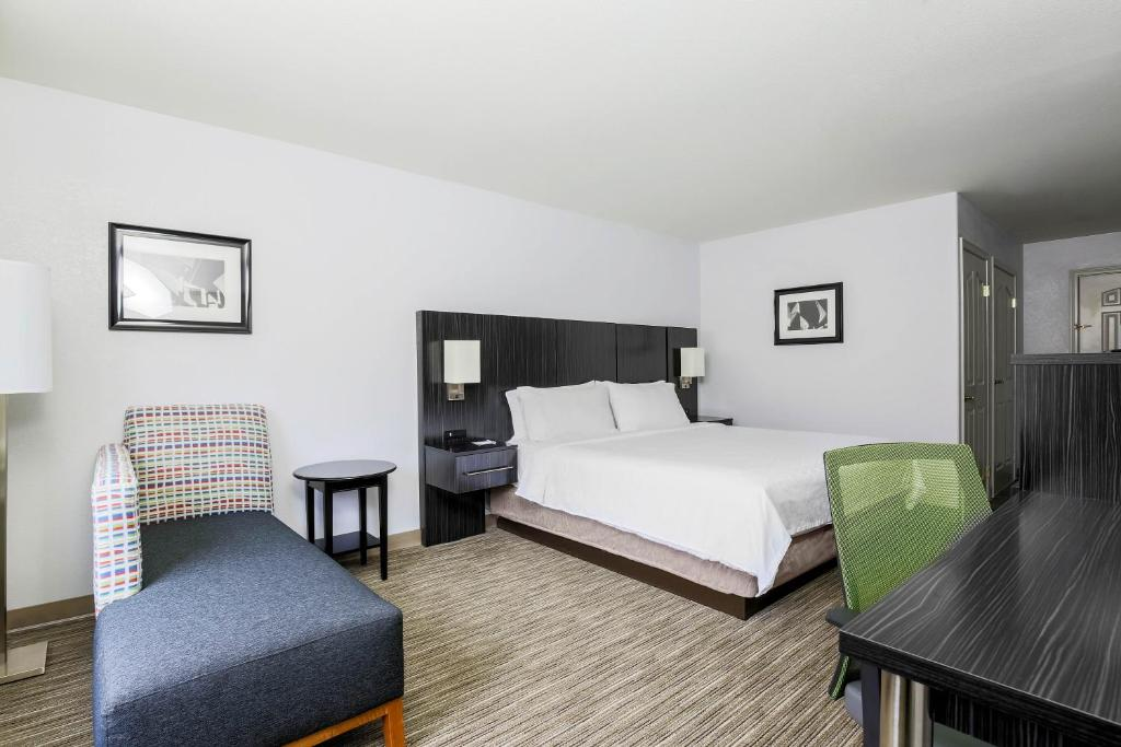 A room at the Holiday Inn Express Lancaster.