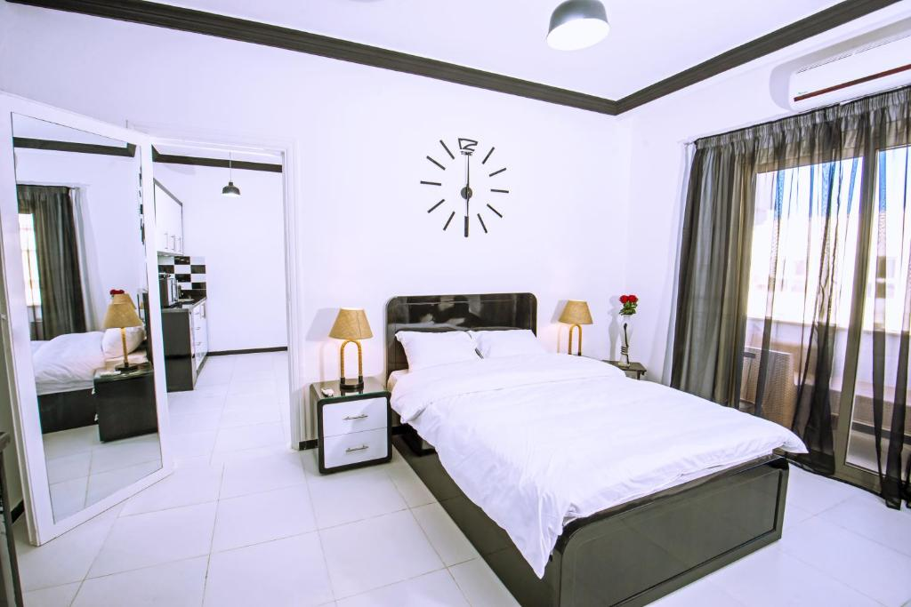 A bed or beds in a room at Marina Hotspot - Pool View Balcony - Fast WIFI - Kitchenettes - Washing Machines - Sheraton Plaza 414-415