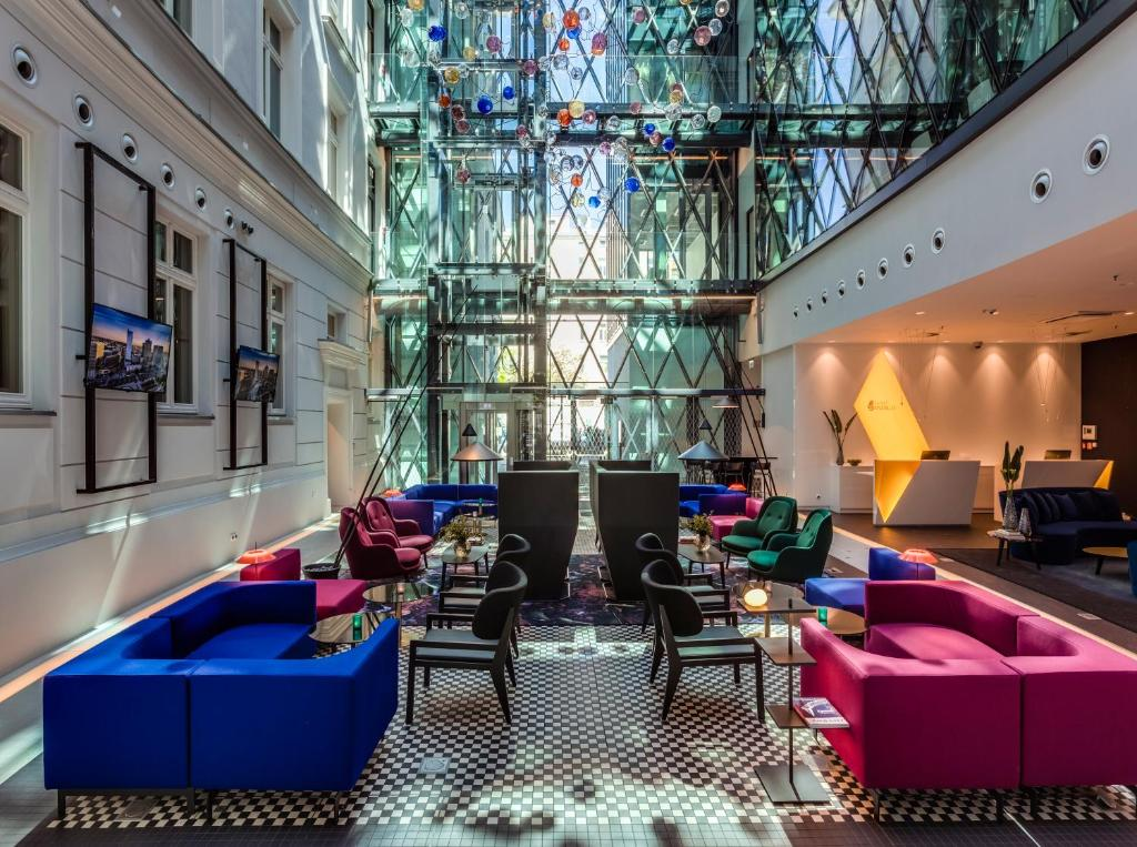 Hol lub recepcja w obiekcie Hotel Indigo Warsaw Nowy Świat, an IHG Hotel