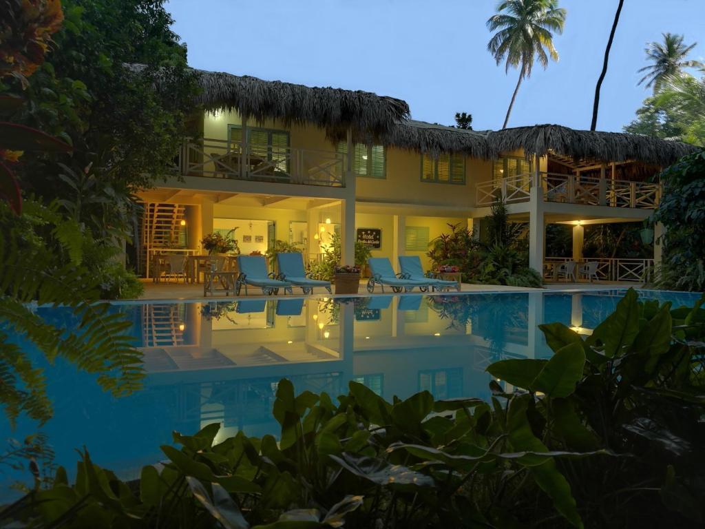 Der Swimmingpool an oder in der Nähe von Hotel Piratas del Caribe