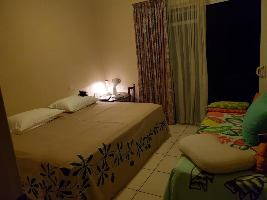 Cama ou camas em um quarto em Kohutahia Lodge Tahiti Room pick-up needed 7 minutes by car from airport and Town
