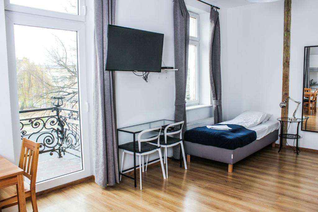 A television and/or entertainment centre at Apartamenty Babina