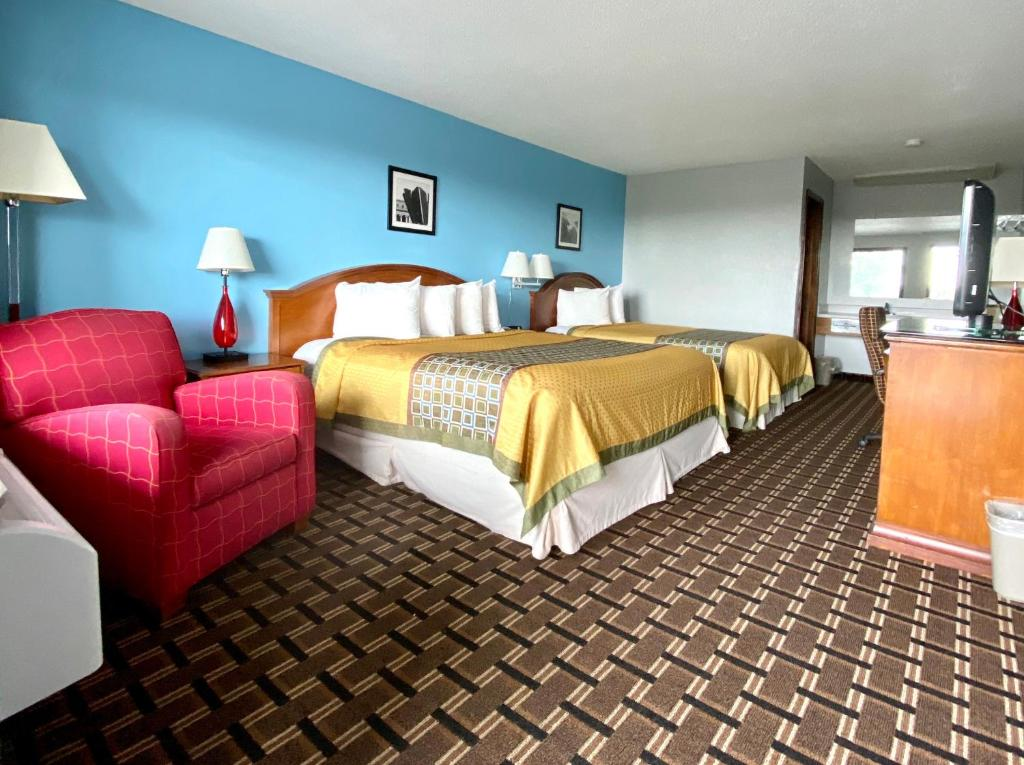A bed or beds in a room at Lakes Inn