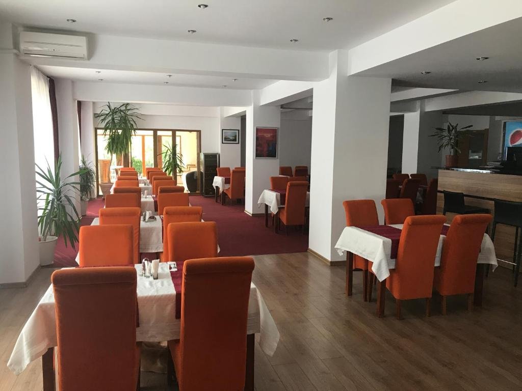 A restaurant or other place to eat at Old Pensiunea Otopeni