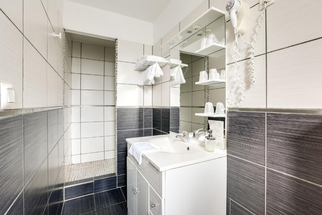 A bathroom at Citotel Hôtel Du Midi