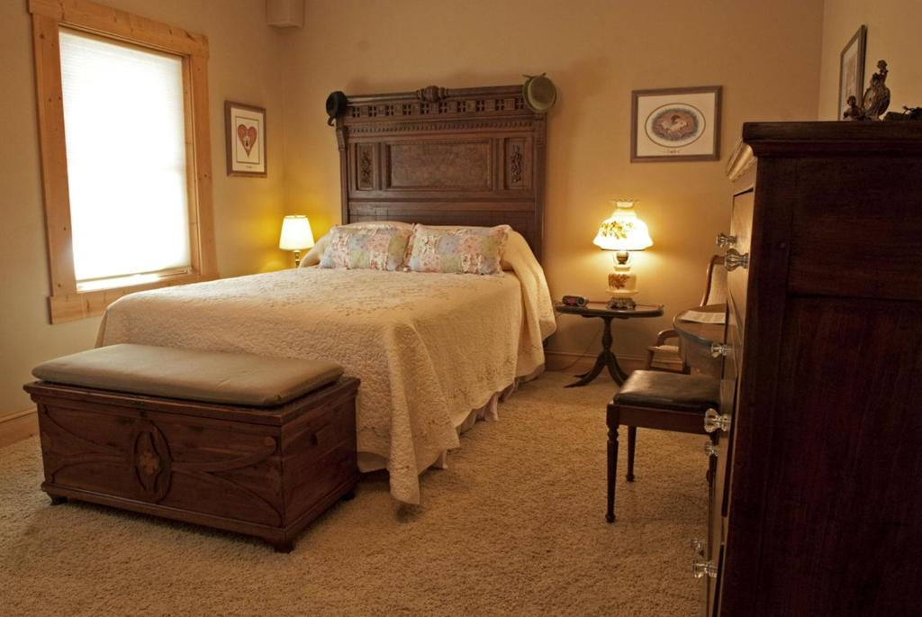 A bed or beds in a room at Shirley's Bed And Breakfast