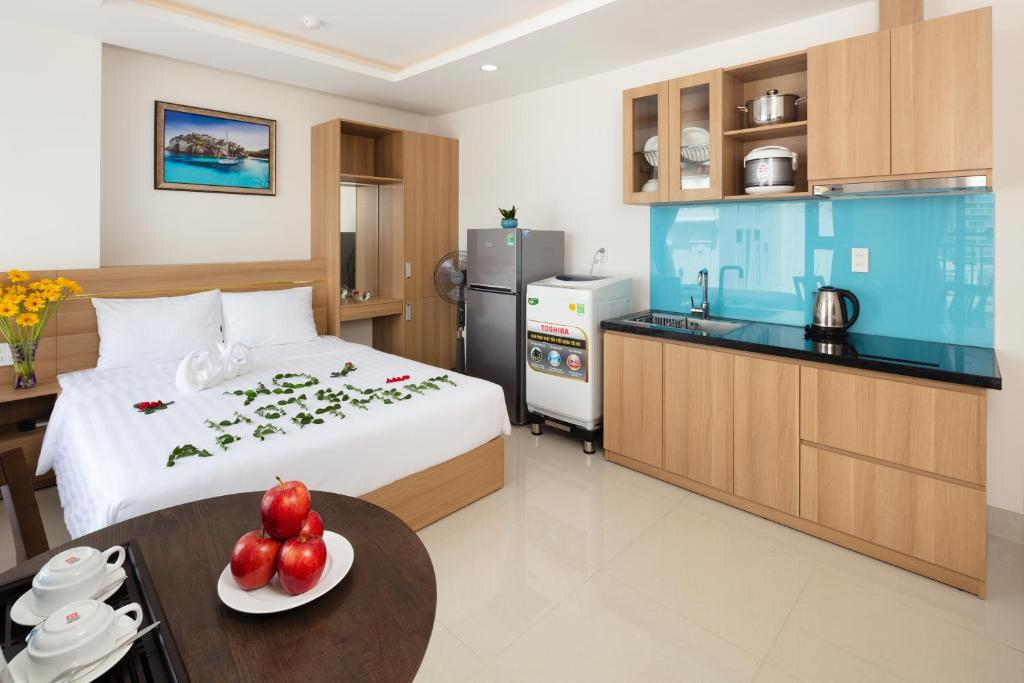 A kitchen or kitchenette at XO Hotel & Apartments