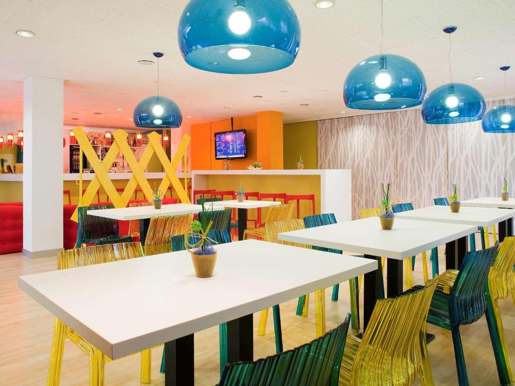 A restaurant or other place to eat at ibis Styles Duesseldorf-Neuss