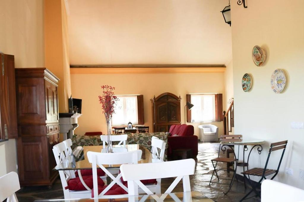 A restaurant or other place to eat at Monte da Floresta B&B