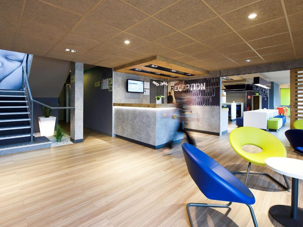 The lobby or reception area at ibis Budget Pau Est