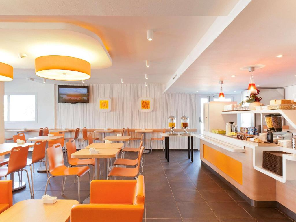 A restaurant or other place to eat at ibis budget Saint-Maximin