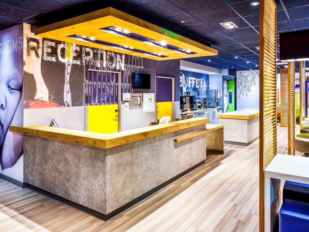 The lobby or reception area at ibis budget Luton Airport