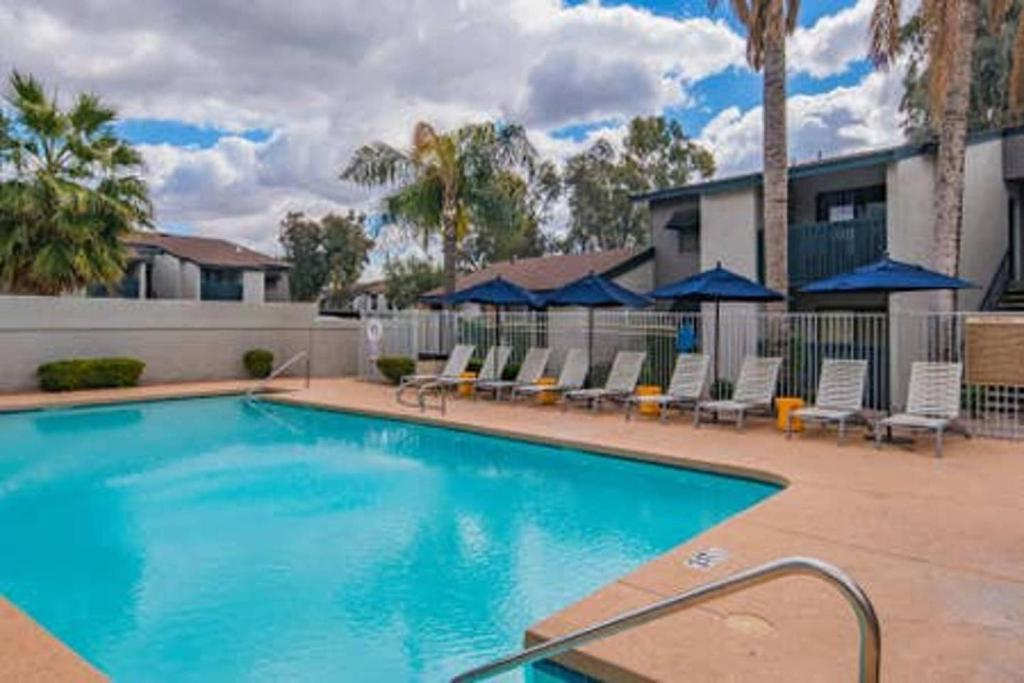 The swimming pool at or near WanderJaunt - Holker - 1BR - North Phoenix