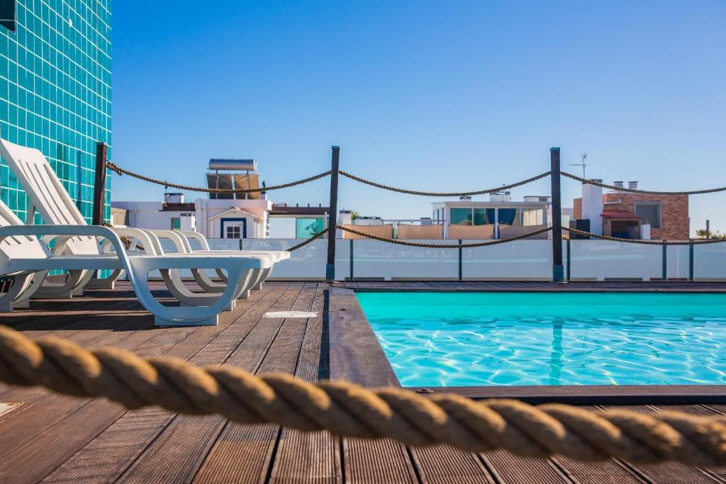 The swimming pool at or near Modern 2 Bed Flat with Rooftop Pool & Private BBQ at Marina Lagos e Meia Praia