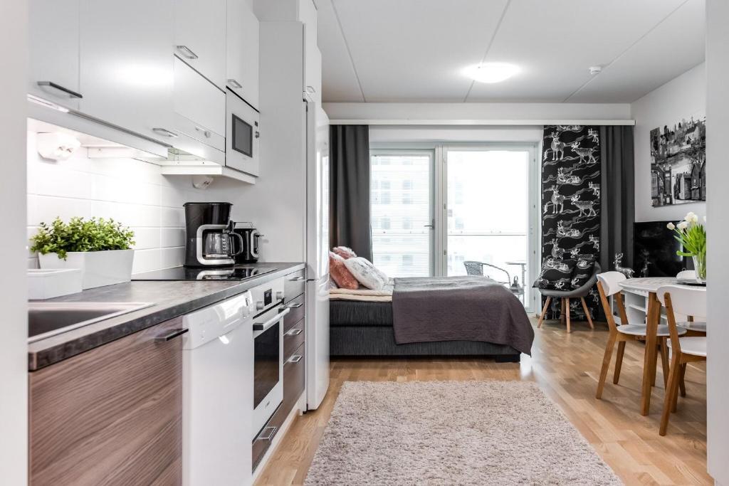 Majoituspaikan Trendy Homes Oulu Rautatienkatu 19 keittiö tai keittotila